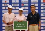 图文-中南分区赛颁奖典礼泉州高尔夫队领奖