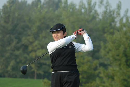 图文-首都媒体十月月例赛开杆巾帼风姿