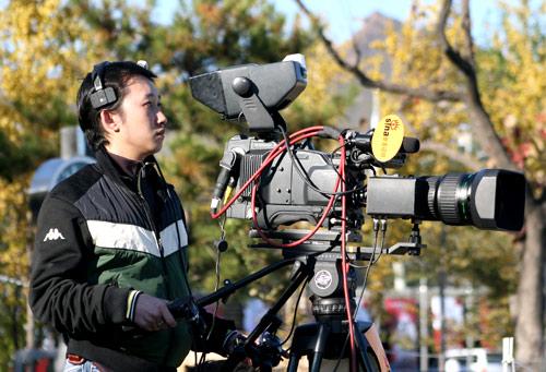 图文-新浪现场视频直播大佛杯 摄像冒着寒风工