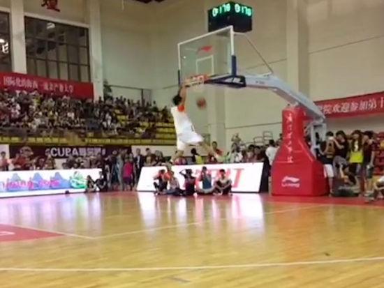 视频-2015CUBA扣篮大赛集锦 精彩度不亚于CBA