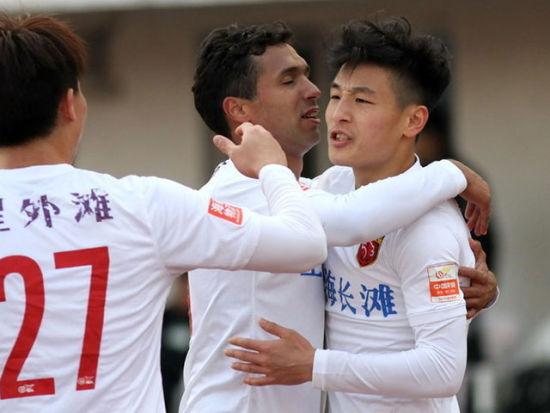 武磊梅开二度 上港2-0仍存争冠希望