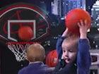 视频-2岁Baby与名嘴比投篮 超萌姿势神准空心完胜