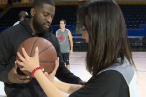 视频-萌妹篮球技巧养成:老黑手把手教学真管用