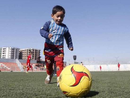 视频-塑料袋梅西球衣男孩被找到 获赠球衣圆梦