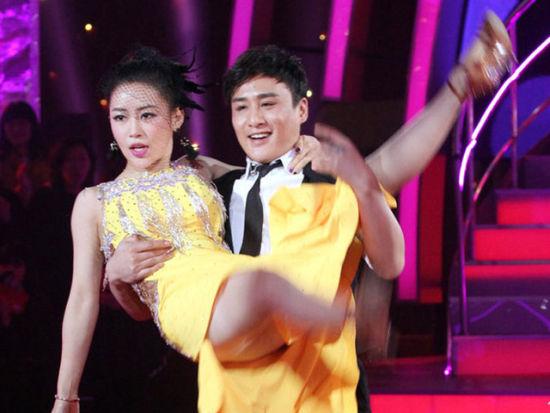 性感-潘晓婷与星珠光托起视频恰恰男伴挑战露美腿性感共舞连体衣图片