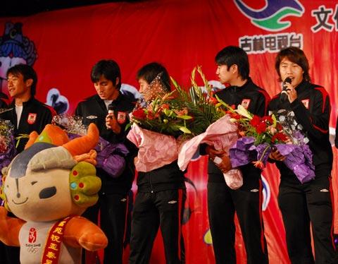 图文-亚泰参加08奥运倒计时1周年为奥运献歌