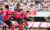 图文-亚泰2-1胜蓝狮卡巴雷罗面对安琦冷静射门