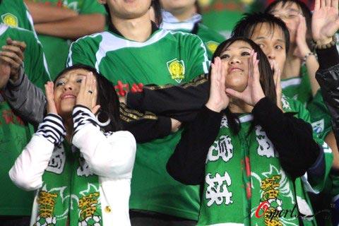 图文-国安VS亚泰女球迷:哥哥你大胆地往前冲!