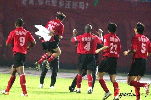 图文-[中超]北京国安0-1长春亚泰客队队员拥抱庆祝