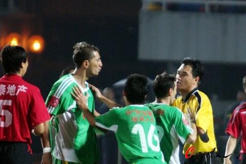 图文-北京国安0-1长春亚泰堤亚戈不满裁判判罚