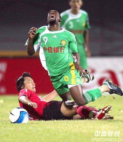 图文-北京国安0-1长春亚泰马丁内斯突破时被绊倒