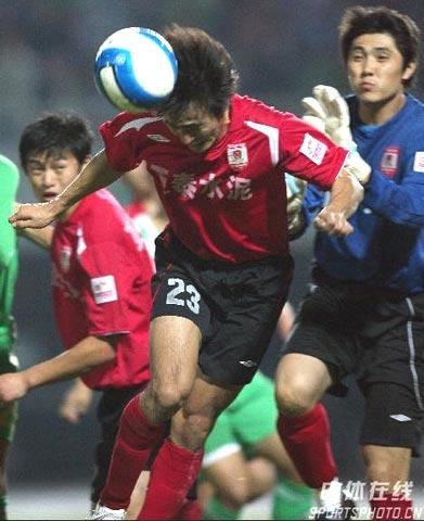图文-[中超]北京国安0-1长春亚泰张笑飞头球解围