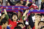 图文-河南建业3-2长春亚泰中原球迷庆祝球队保级成功