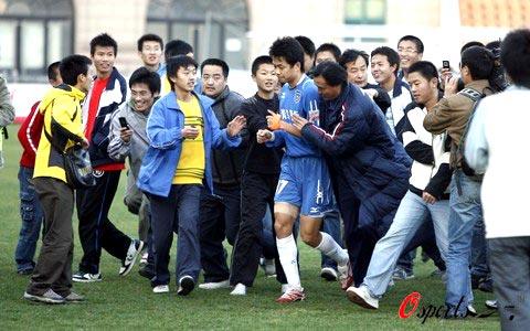 图文-厦足客场0-2青岛降级刘健受球迷媒体热捧