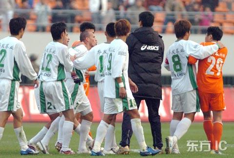 图文-[中超]鲁能1-1绿城退出争冠双方队员超冲突