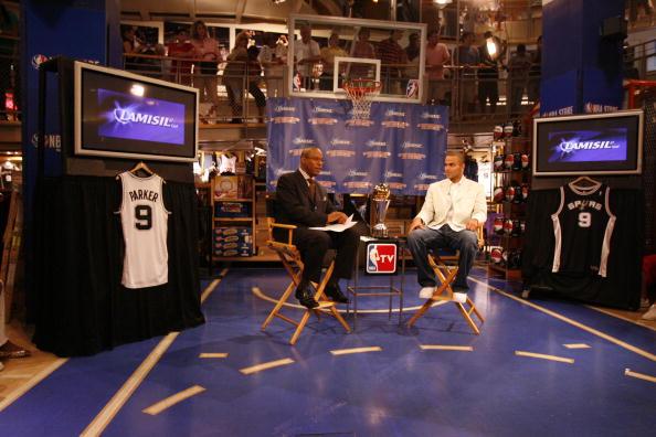图文-马刺后卫现身NBA专卖店帕克接受NBATV采访