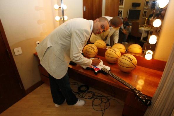 图文-马刺后卫现身NBA专卖店帕克留下亲笔签名