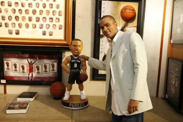 图文-马刺后卫现身NBA专卖店帕克和自己玩偶合影