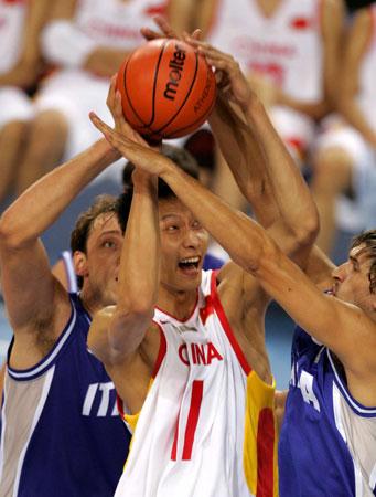 图文-易建联篮球生涯回顾雅典奥运鏖战群雄