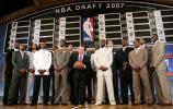 图文-2007年NBA选秀大会斯特恩与众新星在一起