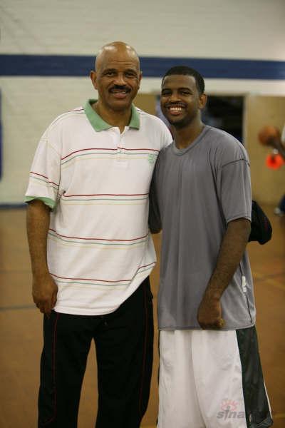 老卢卡斯夏季篮球训练营瞧这爷俩笑得开心