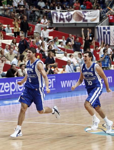 图文-希腊63-62斯洛文尼亚希腊队员庆祝胜利