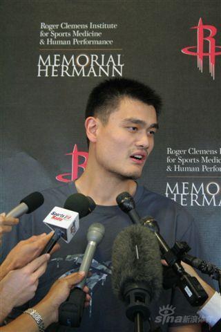 图文-姚明重回火箭接受采访专注记者的问题