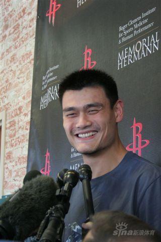 图文-姚明重回火箭接受采访回家之后眉开眼笑