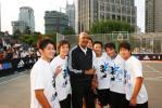 图文-NBA巨星上海传授篮球技艺与冰人不打不兄弟