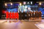 图文-霍华德为阿迪联赛冠军颁奖与决赛2队一起亮相