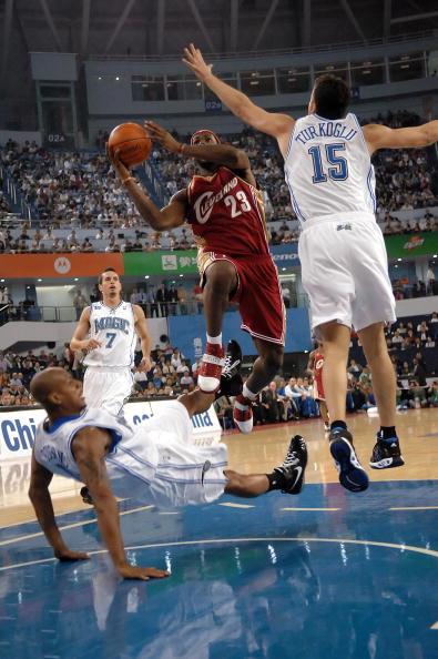 图文-[NBA中国赛]骑士86-90魔术詹姆斯突破上篮