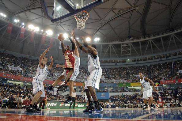 图文-[NBA中国赛]骑士86-90魔术休斯上篮不惧防守