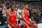 图文-[NBA常规赛]火箭vs爵士姚麦双双场边休息