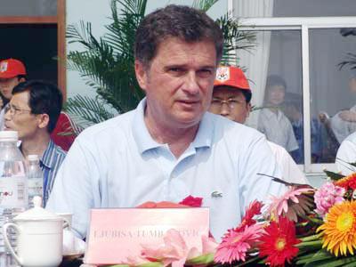 图拔冒酷暑亲临潍坊杯盛赞鲁能为中国足球人才基地