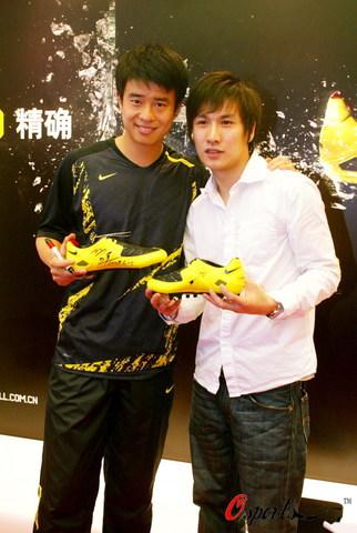 图文-孙祥出席某品牌运动鞋代言活动与球迷合影