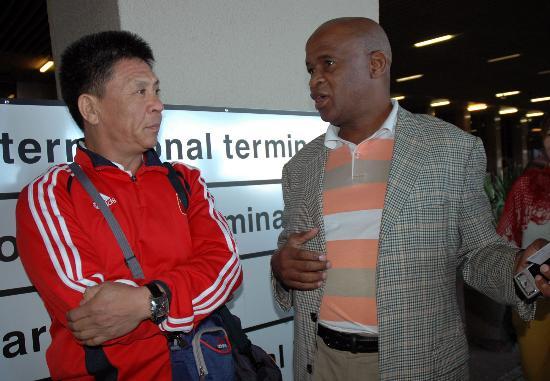 图文-国奥抵达南非征战八国赛李晓光与南非足协官员