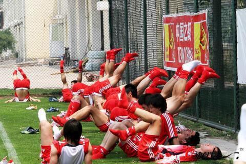 图文-国足香河高温备战亚洲杯放松训练人仰马翻