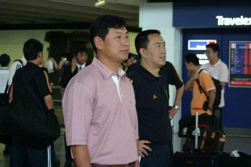 图文-国足抵达香港备战回归杯南勇与董华并肩