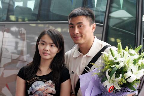图文-国足兵发香港备战回归杯李玮峰与女球迷合影