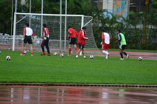 图文-国足香港训练课备战回归杯众门将门前热身训练