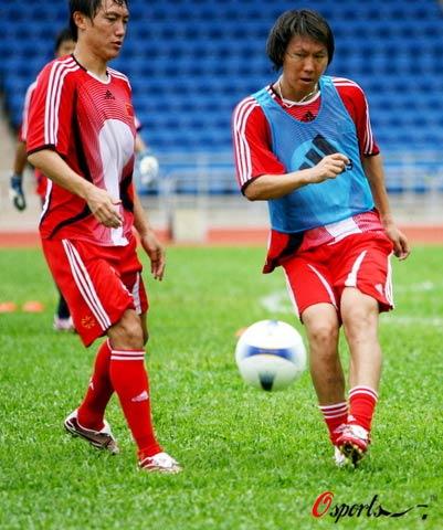 图文-国家队在小西湾体育场训练李铁一丝不苟