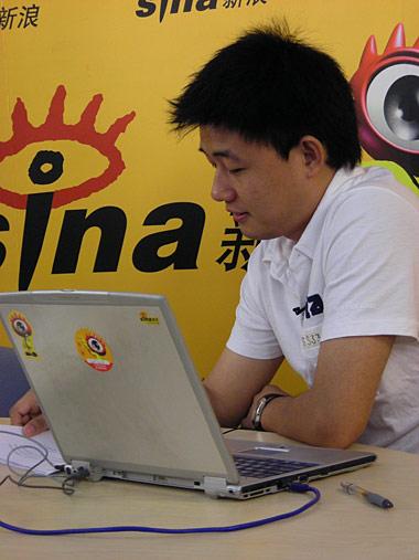 图文-高峰做客新浪畅聊亚洲杯主持人挑选网友问题