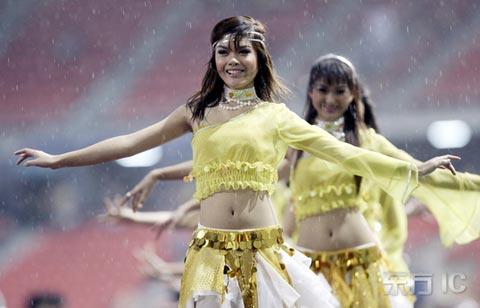 图文-2007亚洲杯开幕式黄衣少女翩然起舞