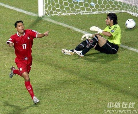 图文-[亚洲杯]泰国VS伊拉克瓦勒里攻破伊队大门瞬间