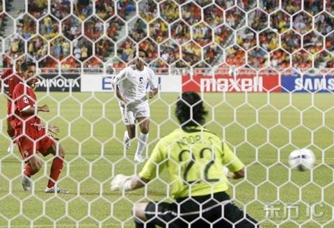 图文-[亚洲杯]泰国VS伊拉克瓦勒里打入首球瞬间