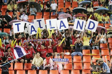 图文-[亚洲杯]泰国1-1平伊拉克东道主球迷风雨无阻