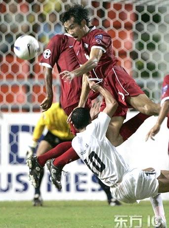 图文-[亚洲杯]泰国1-1平伊拉克门前一阵混战