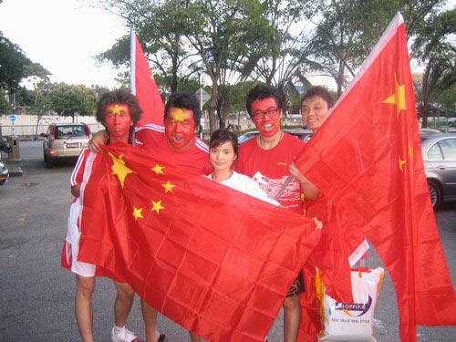 图文-中马战球迷为国足助阵手中紧握五星红旗