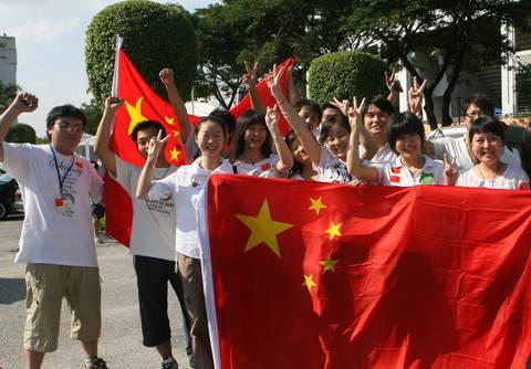 图文-中马之战球迷为国足助阵球迷笑迎国足首战