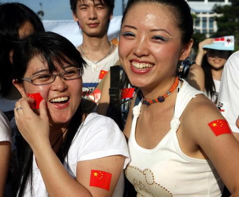 图文-中马之战球迷为国足助阵姐妹花乐开怀